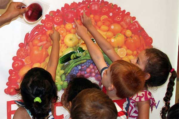 children recognizing fruits, vegetables and colors